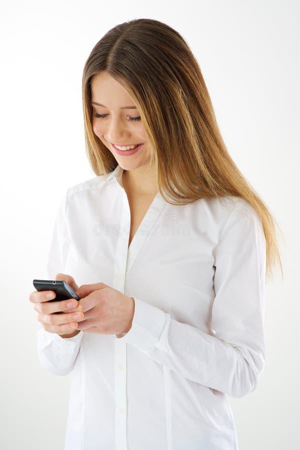 Femme à l'aide du smartphone photo stock