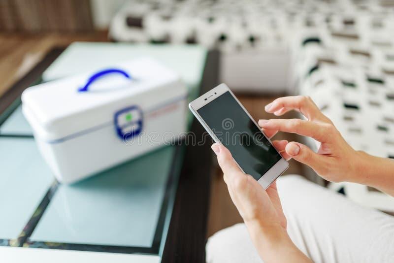 Femme à l'aide du smartphone pour les drogues de achat pharmacie en ligne image libre de droits
