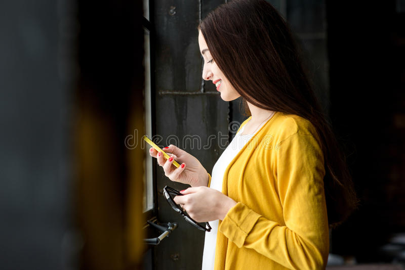 Femme à l'aide du téléphone photo libre de droits