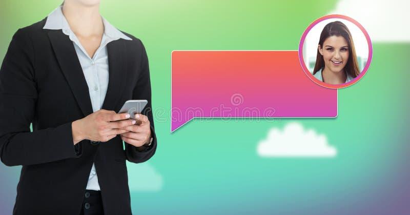 Femme à l'aide du téléphone avec le profil de transmission de messages de bulle de causerie images libres de droits
