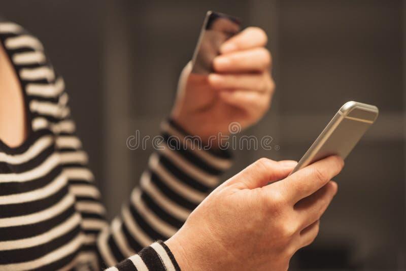 Femme à l'aide du téléphone intelligent mobile pour charger le compte d'e-portefeuille photo libre de droits