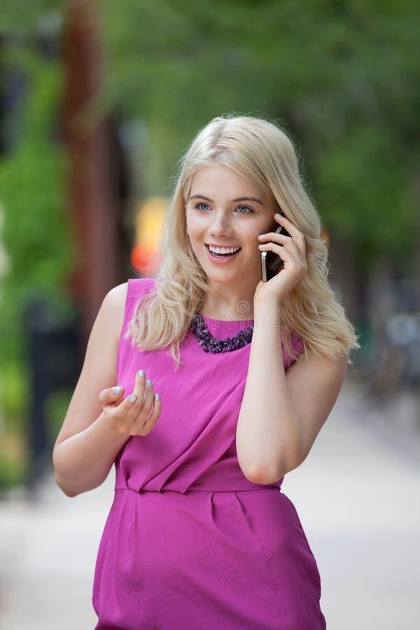 Femme à l'aide du téléphone portable images stock