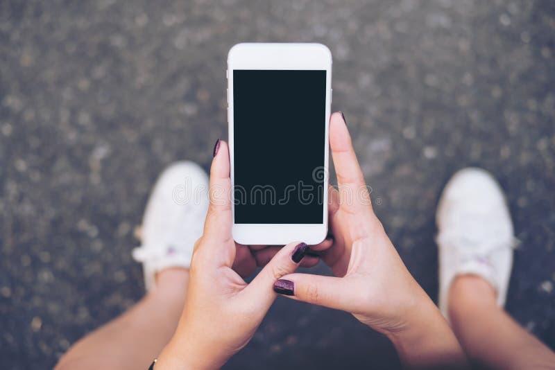 Femme à l'aide du téléphone portable photos stock