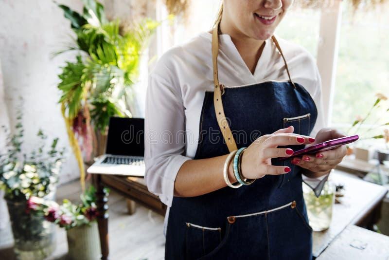 Femme à l'aide du téléphone portable recherchant l'information photographie stock libre de droits