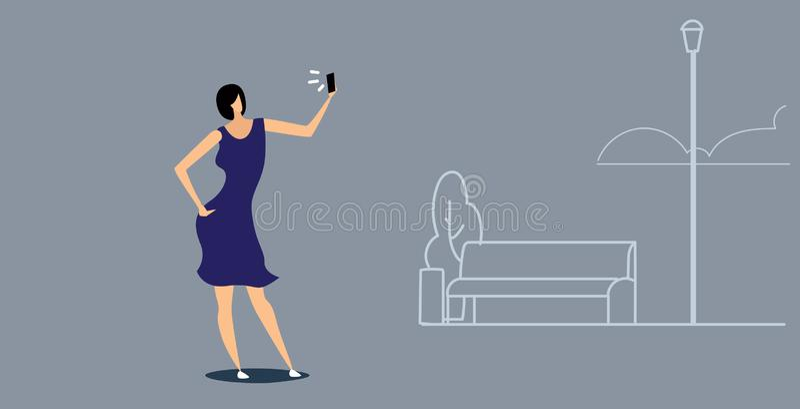 Femme à l'aide du téléphone prenant le selfie sur la fille occasionnelle de caméra de smartphone marchant le réseau social de méd illustration stock