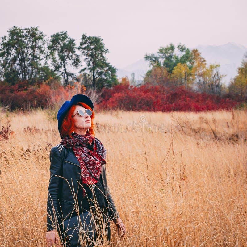 Femme à l'automne de champ images stock
