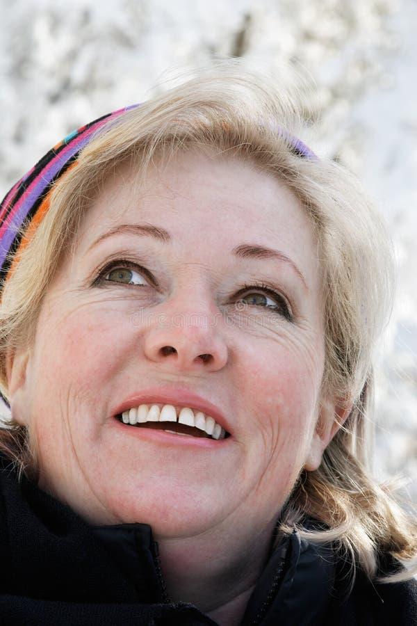 Femme à l'extérieur le jour neigeux photo stock