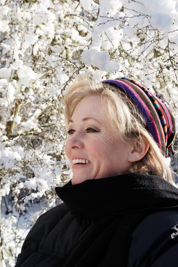 Femme à l'extérieur le jour neigeux photographie stock libre de droits