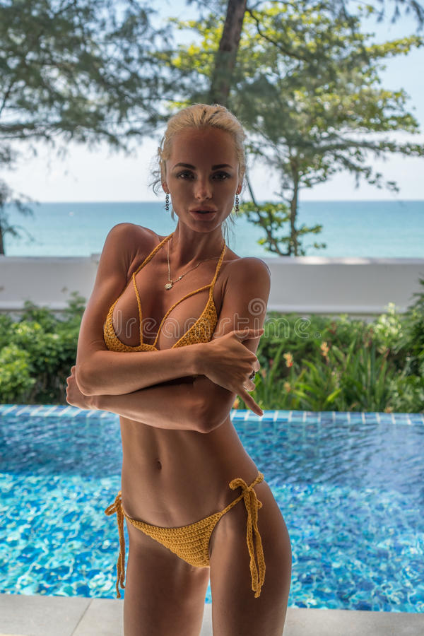 Femme à l'hôtel de tourisme tropical photo stock