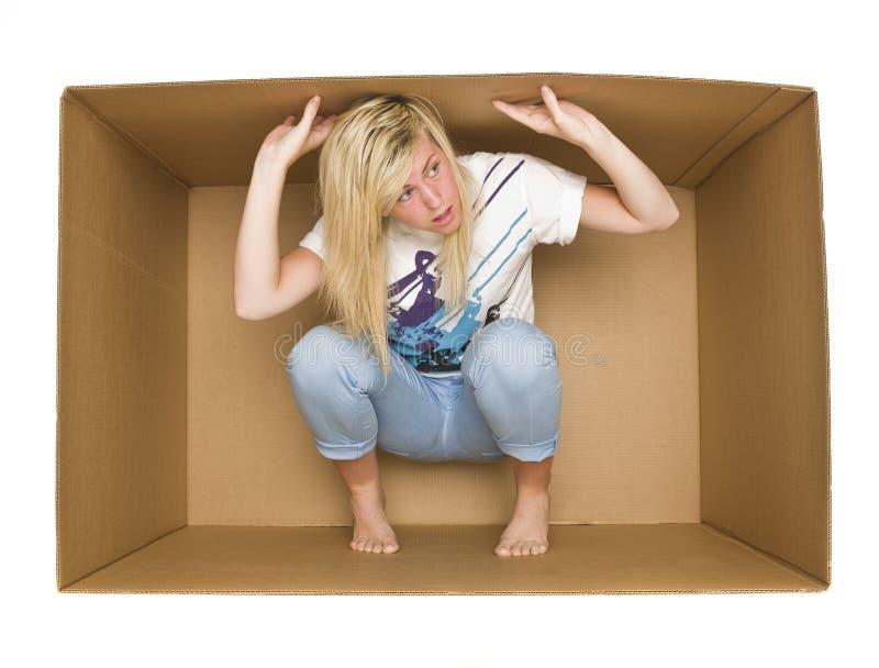 Femme à l'intérieur d'un cadre de Cradboard photo stock