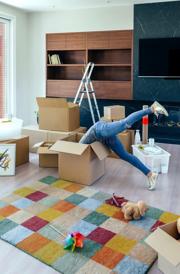 Femme à l'intérieur d'une boîte préparant le mouvement images stock