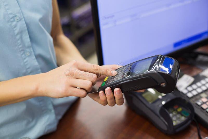 Download Femme à La Caisse Enregistreuse Payant Avec La Carte De Crédit Photo stock - Image du mémoire, affaires: 56488492