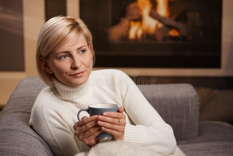 Femme à la maison images stock
