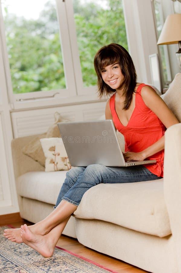 Femme à la maison image stock