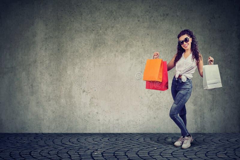 Femme à la mode avec des sacs à provisions photographie stock libre de droits