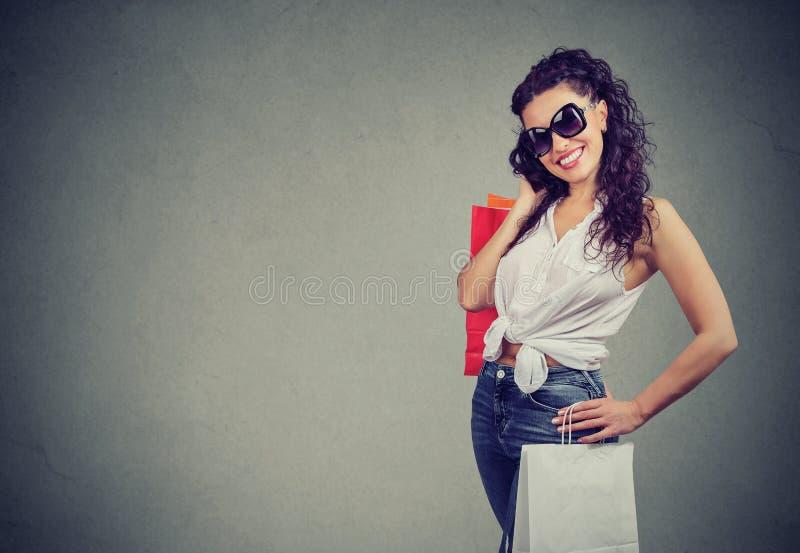 Femme à la mode avec des sacs à provisions photo stock