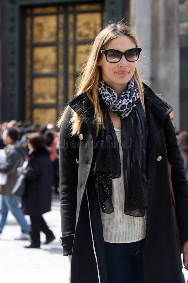 Femme à la mode avec le manteau, le sac, l'écharpe et les lunettes de soleil images libres de droits