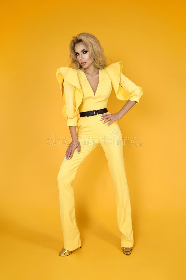 Femme à la mode dans la salopette, les chaussures et des accessoires jaunes intéressants Photo d'été de ressort de mode - image photographie stock