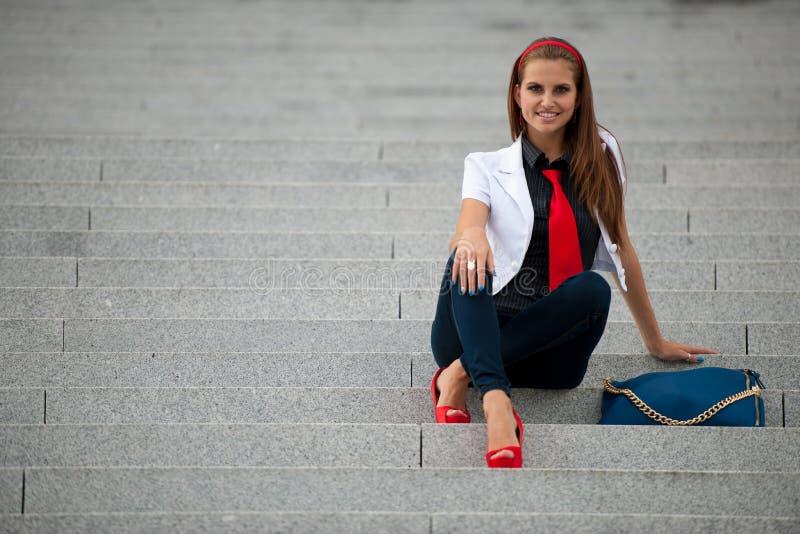 Femme à la mode de style de blog sur la pose d'escaliers images stock