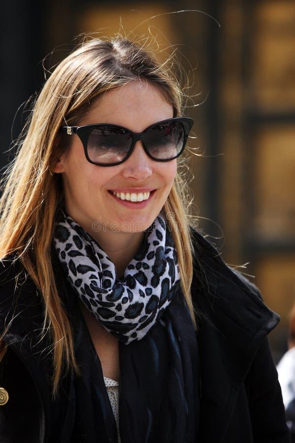 Femme à la mode et optimiste avec des lunettes de soleil image libre de droits