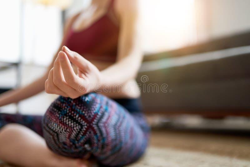 Femme à la mode faisant le yoga en tant qu'élément de sa routine de matin de mindfulness images libres de droits