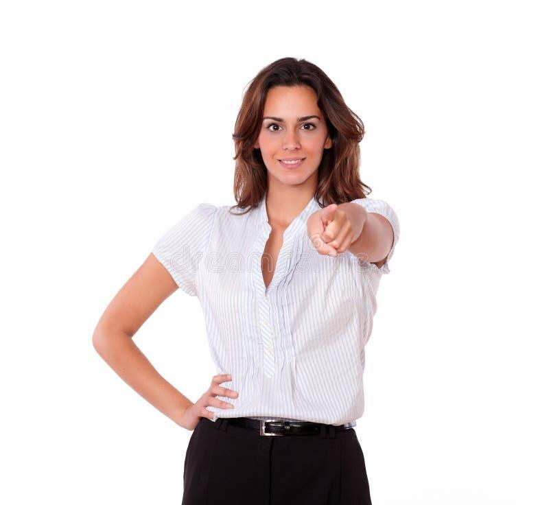 Femme à la mode mignonne se dirigeant et souriant photos stock