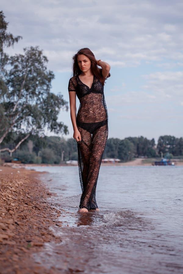 Femme à la mode par la mer image libre de droits
