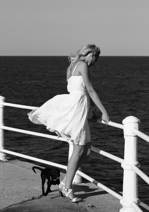 Femme à la mode par la mer photos libres de droits