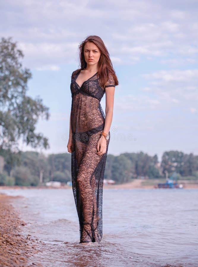 Femme à la mode par le lac photographie stock