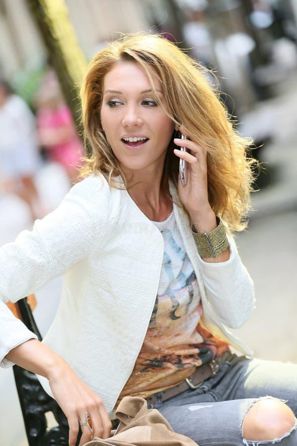 Femme à la mode parlant au téléphone photo libre de droits