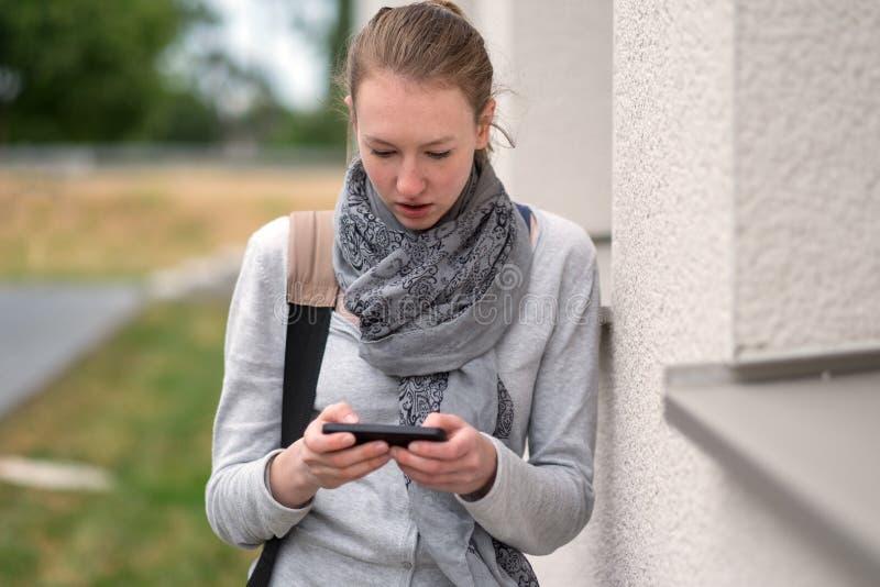 Femme à la mode sérieuse dans une écharpe images libres de droits