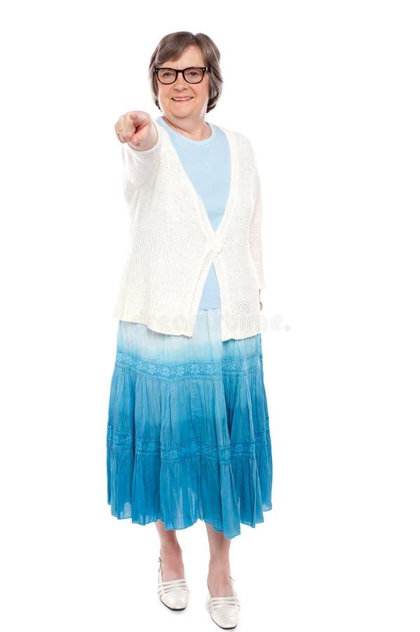 Femme à la mode se dirigeant à vous image stock