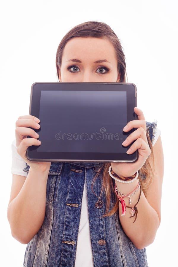 Femme à la mode supportant un PC vide de comprimé devant son visage. photographie stock