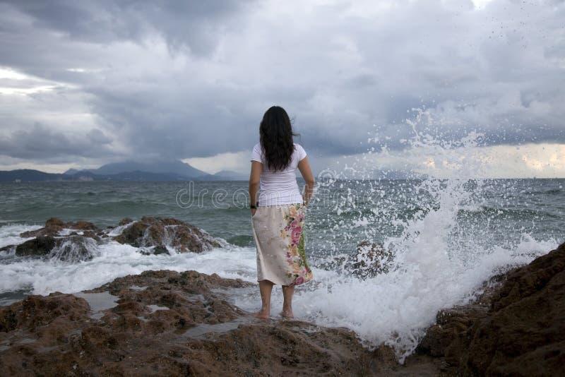 Femme à la plage surfy photos stock