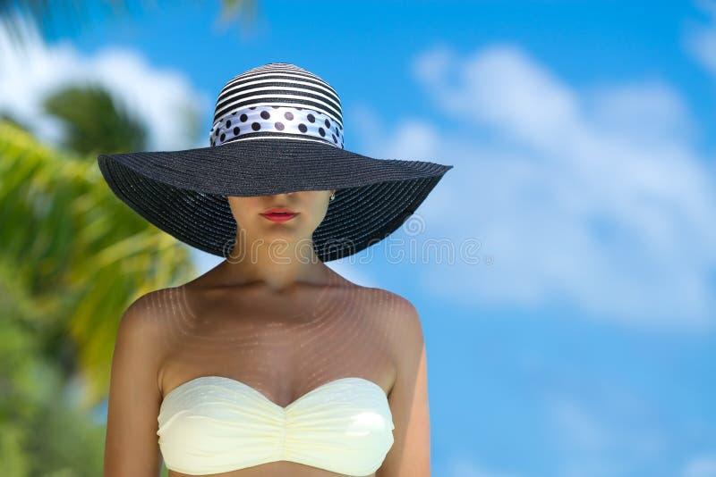 Femme à la plage tropicale photos stock