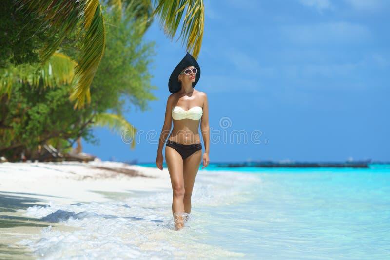 Femme à la plage tropicale photo stock