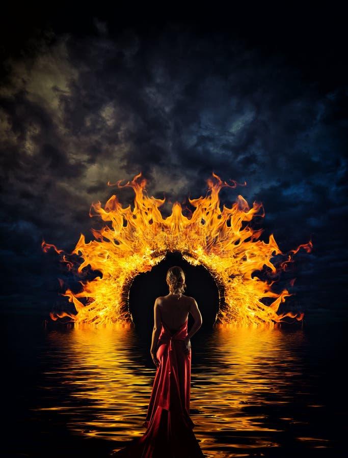 Femme à la porte de l'enfer photographie stock