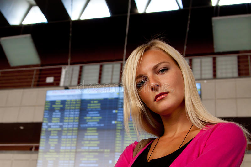 Femme à la station de train photographie stock