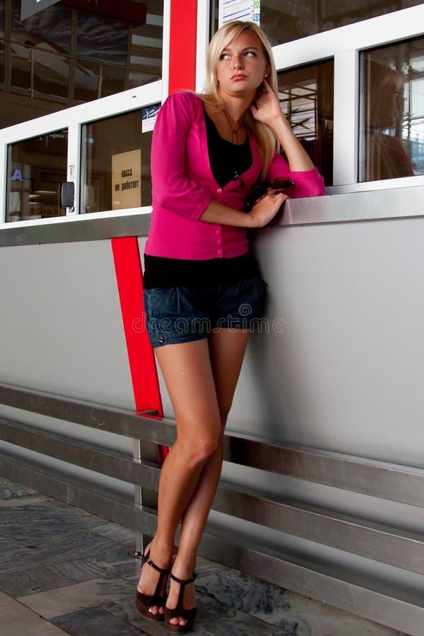 Femme à la station de train images stock