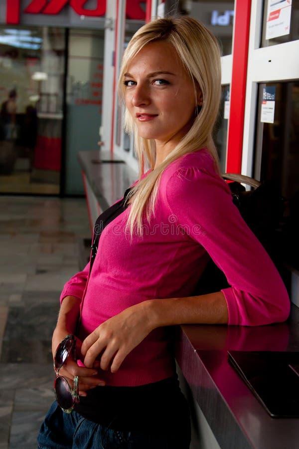 Femme à la station de train photo libre de droits
