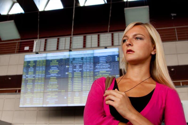 Femme à la station de train photographie stock libre de droits