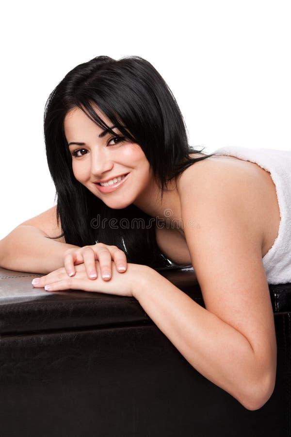 Femme à la station thermale s'étendant en essuie-main images libres de droits