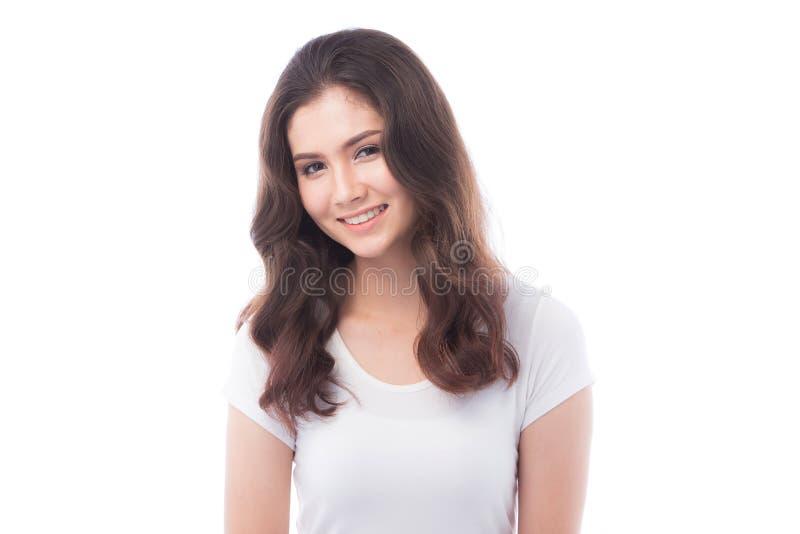 Femme à moitié asiatique souriant sur le fond blanc photo libre de droits