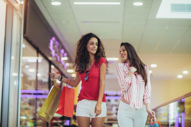 Femme à un centre commercial avec des sacs photo libre de droits