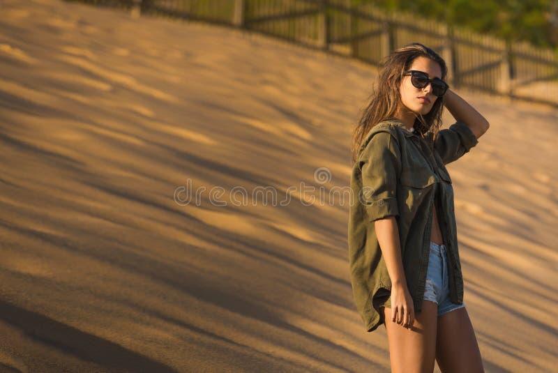 Femme à une dune de sable photographie stock libre de droits