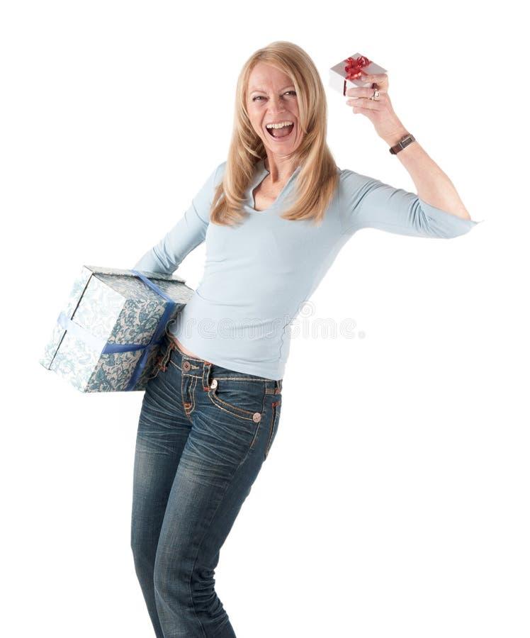 Femme âgé moyen avec deux colis images libres de droits