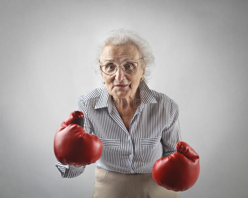 Femme âgée avec des gants de boîte photographie stock
