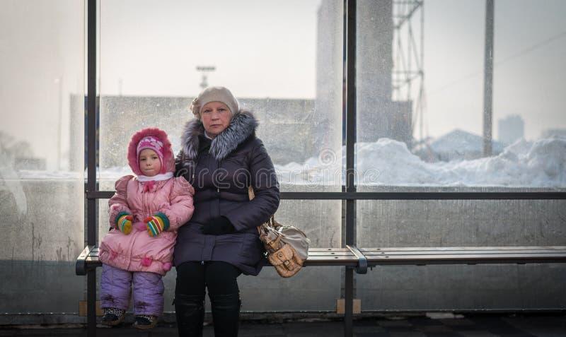 Femme âgée avec sa petite-fille photos stock