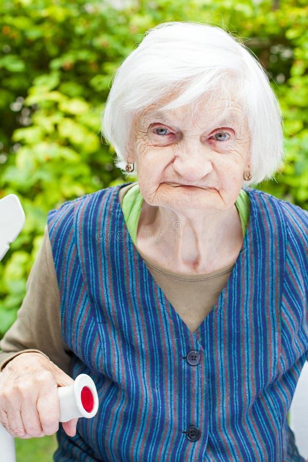 Femme âgée dans le jardin photographie stock