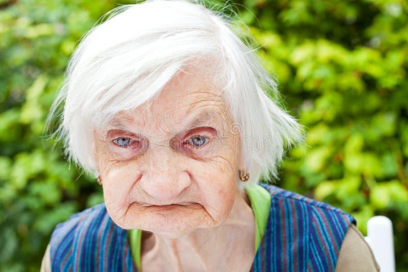 Femme âgée dans le jardin photos stock
